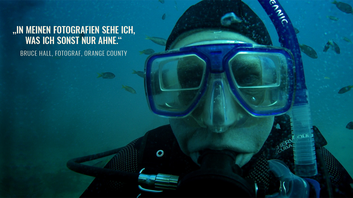Bruce Hall taucht im Meer