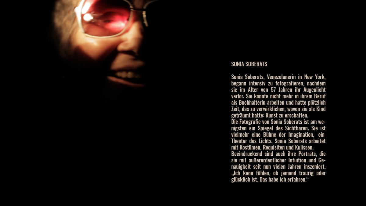 Sonia Soberats trägt Sonnenbrille mit rosa Gläsern